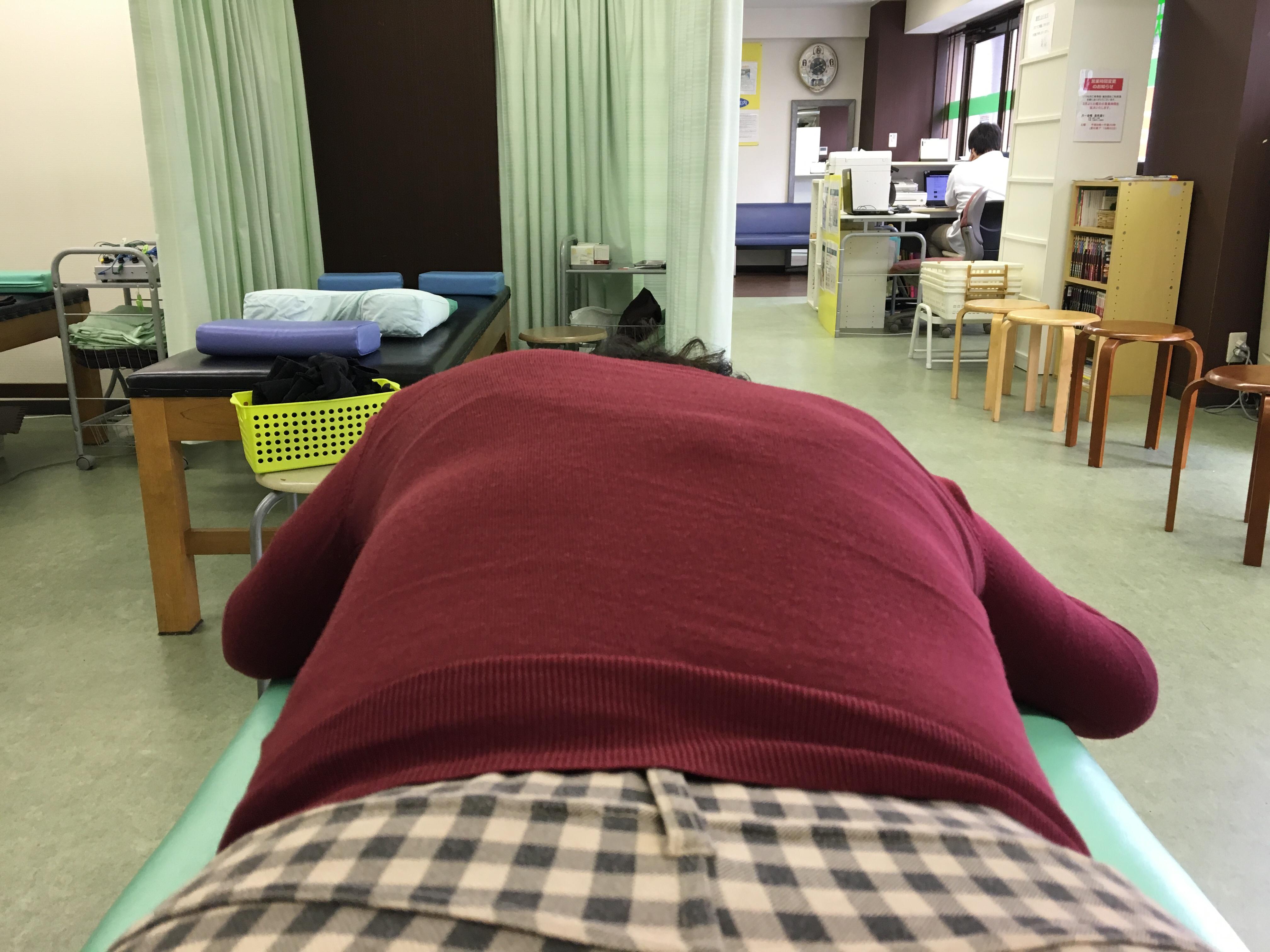 腰痛と膝痛のある女性の姿勢変化:名古屋市東区相生町・天仁接骨院の関節調整(骨盤矯正)の施術例